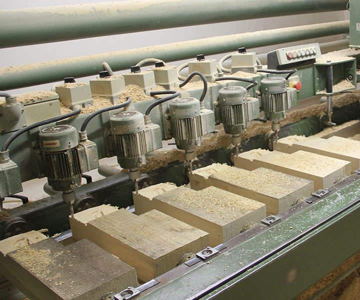 Fräsmaschine mit eingespanntem Holzblock